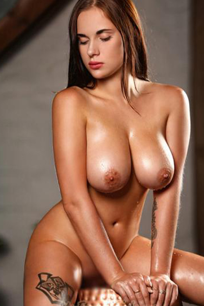 Marcella - Traumfrau mit drallen Brüsten heizt mit Prostata Massage im Hotelzimmer in Berlin an