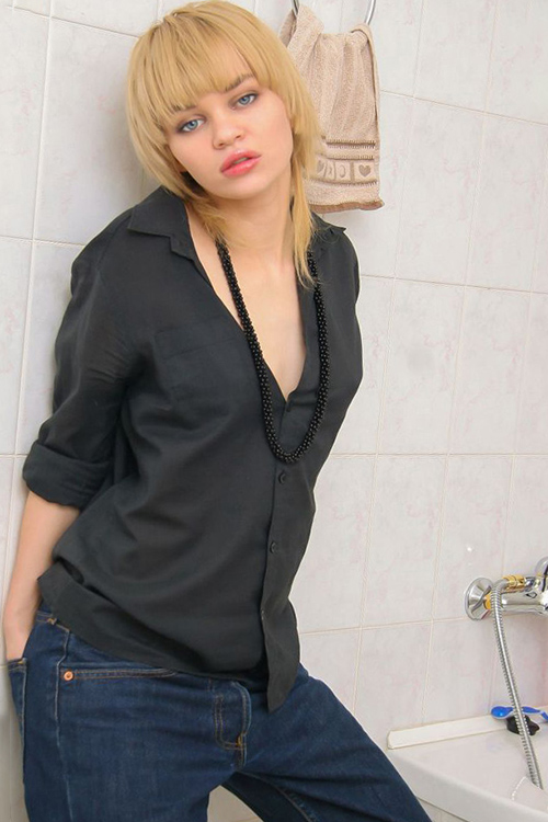 Karolina private model book amateurishly about Berlin's escort to the truck car with egg licking