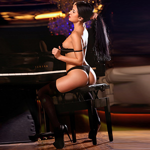 Beatrice - Sex Contacts Glamor Woman Petite With Buxom Butt Makes Role Playing