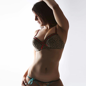 Gerri - Schwarzhaarige Striptease Model Natur Busen sucht One Night Stand