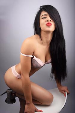 Larissa - Süßes Escort Teenie Girl macht Striptease mit Sex