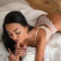 Renate - Hostessen in Frankfurt befriedigt mit Eierlecken ihren Sexpartner